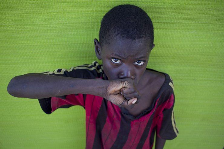 Enfant noir embrassant son poing