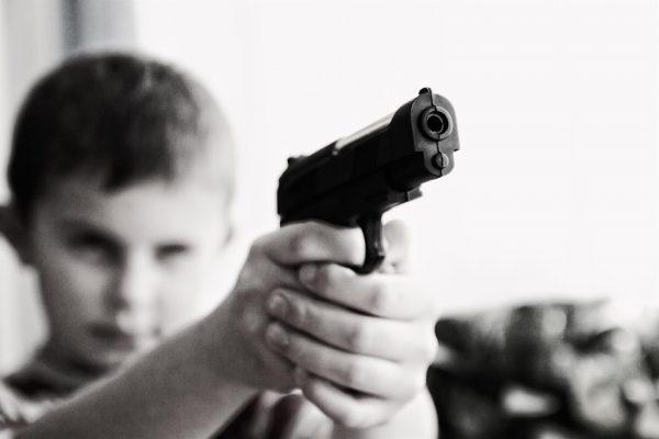 Enfant tenant une arme à feu