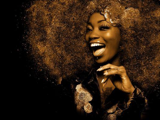 Chanteuse africaine en doré